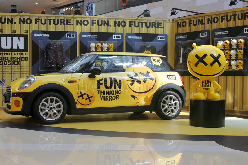 Mini Cooper amarelo imagens de stock royalty free