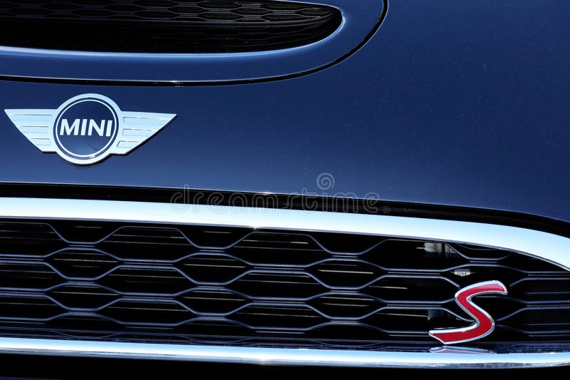 Mini Cooper S Front Emblem And Logo fotografering för bildbyråer