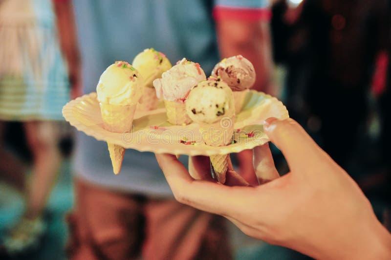 Mini crème glacée mignonne d'un plat image libre de droits