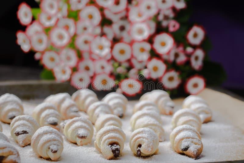 Mini croissant su una tavola di legno, bagel con una tazza di caffè su una tavola di legno, bagel su una tavola di legno fotografia stock