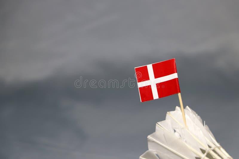 Mini Denmark-Flaggenstock auf dem weißen Federball auf dem grauen Hintergrund lizenzfreies stockfoto
