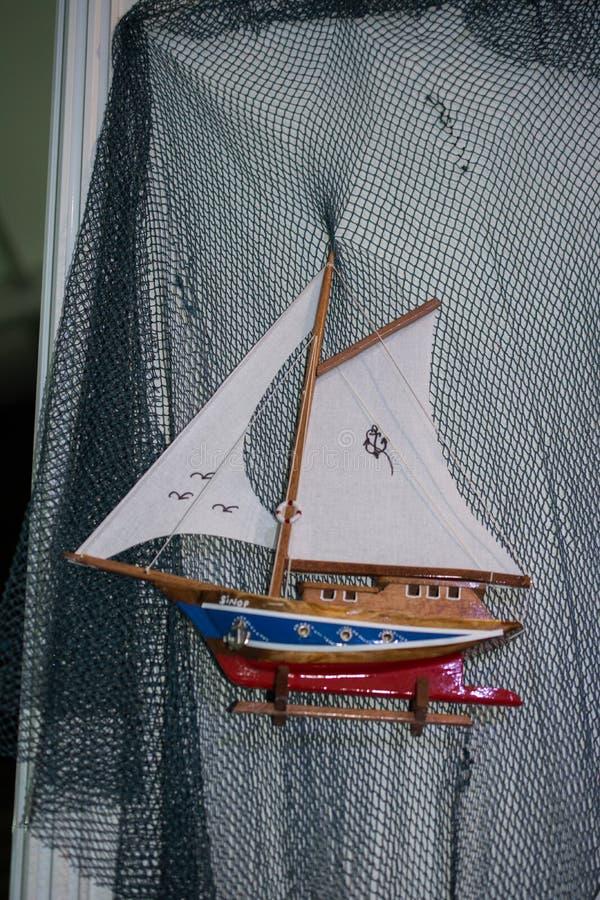Mini dimensione poca barca a vela di modello variopinta immagini stock libere da diritti