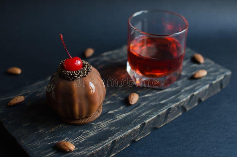 Mini dolce della mousse della ciliegia coperto di glassa del cioccolato immagini stock