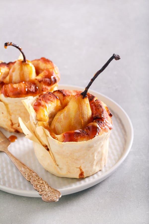 Mini dolce della pera con la salsa del caramello fotografie stock libere da diritti