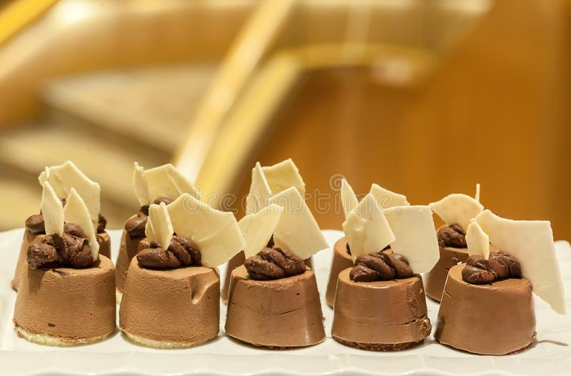Mini dolci di cioccolato Mini dolci deliziosi Varietà di mini dessert dolci fotografie stock