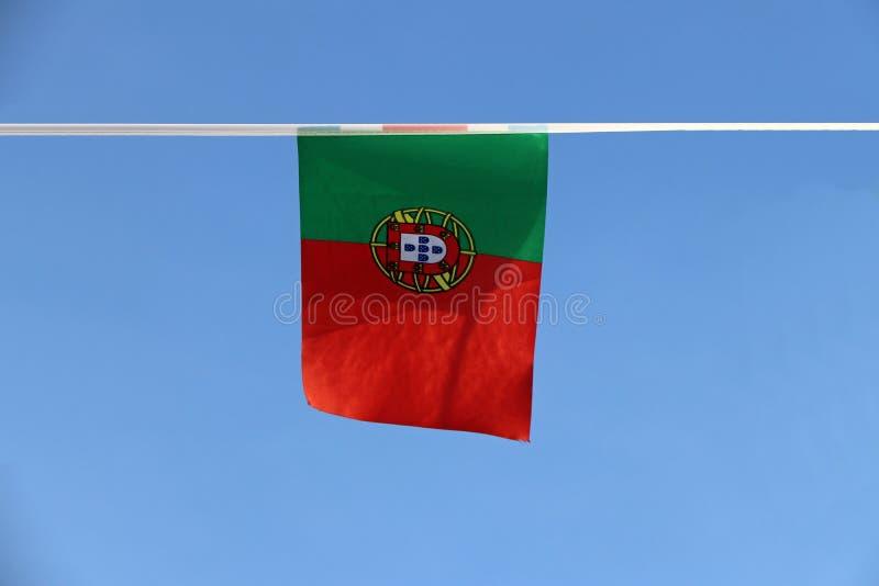 Mini drapeau de rail de tissu du Portugal, il est un bicolore rectangulaire avec un champ inégalement divisé en vert et rouge ave photographie stock
