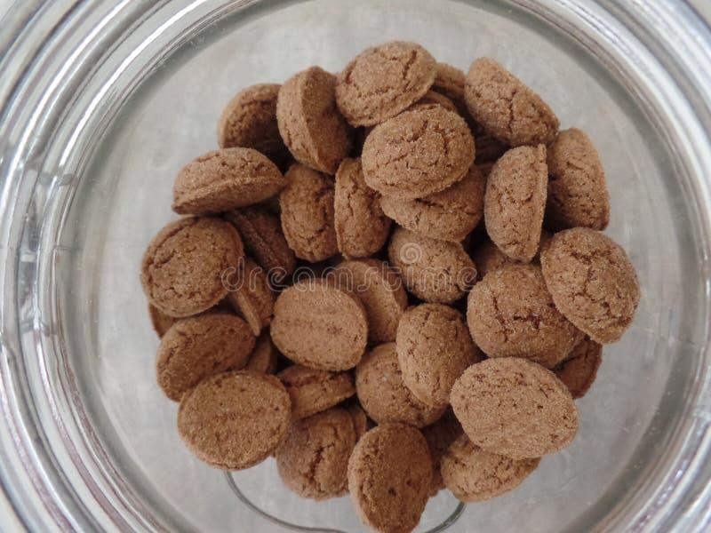 Mini Dutch kryddade kakor inom en glass krus royaltyfri foto