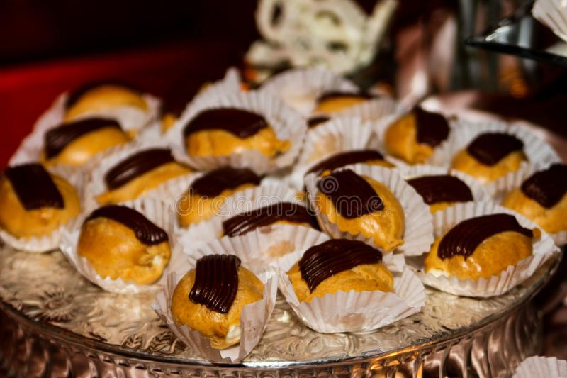 Mini eclairs de chocolate foto de archivo