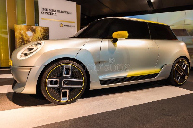 Mini Electric Concept en el mundo Munchen de BMW imagen de archivo