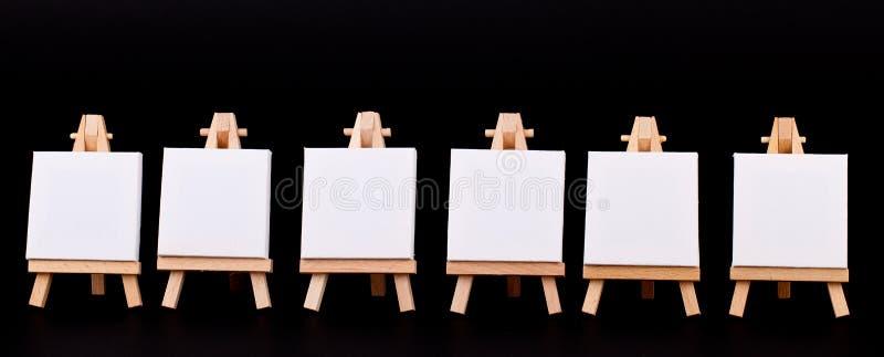 Mini em branco assina dentro uma fileira no preto imagens de stock royalty free