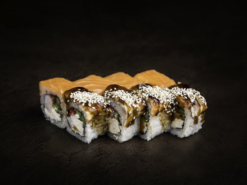 Mini-ensemble de deux types de petits pains dans le style japonais sur une vue de côté de fond foncé photo libre de droits