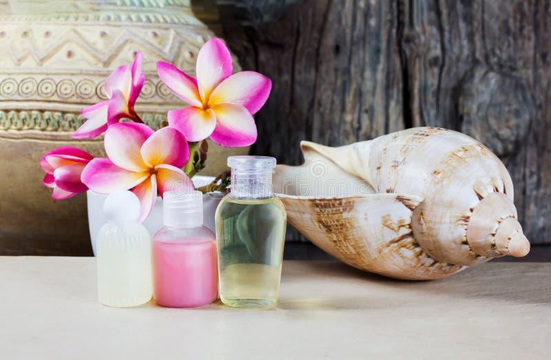 Mini ensemble de liquide de gel de douche de bain moussant avec la fleur rose et le s photographie stock libre de droits