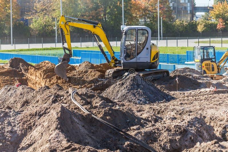 Mini escavatore su un cantiere fotografie stock