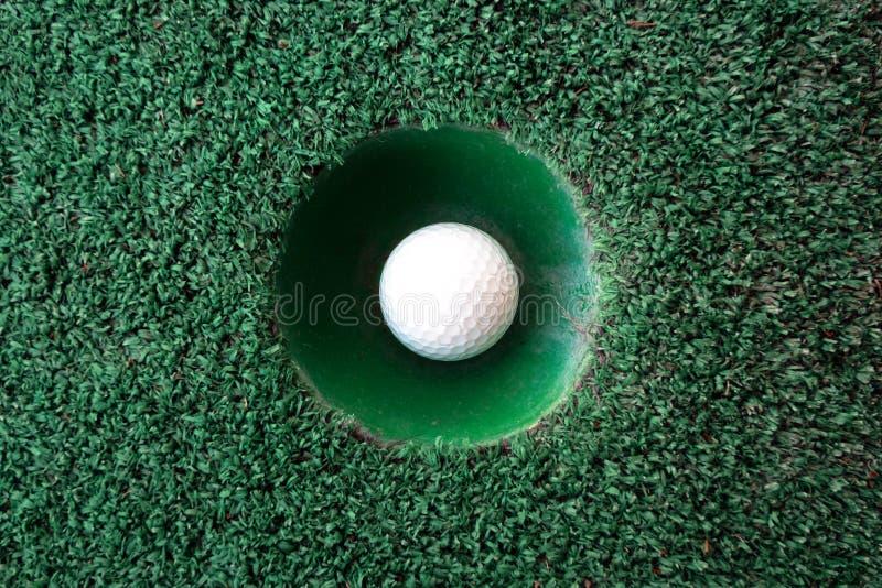 Mini escena del golf con la bola y el agujero imagen de archivo libre de regalías