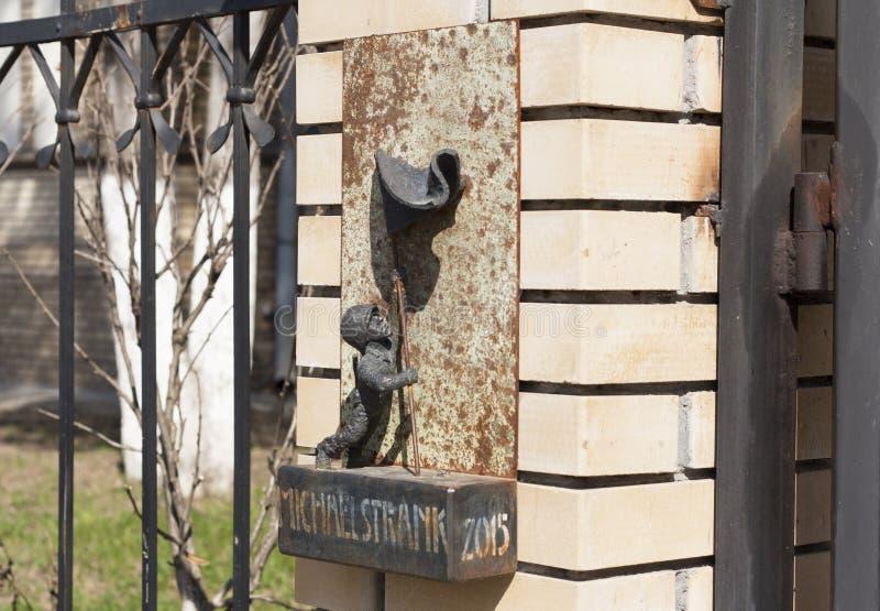 Mini escultura del metal de la foto americana de sargento Michael Strenk en Uzhgorod, Ucrania - 2 de abril de 2017 imagenes de archivo