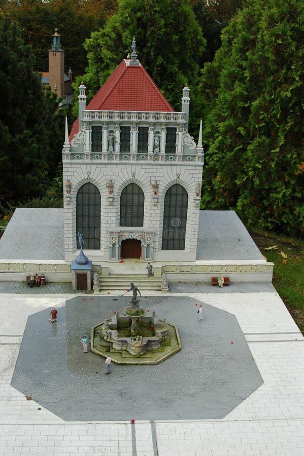 Mini Europe Parc à Bruxelles, Belgique - bâtiment simple avec le fontain dans l'avant à Danzig image stock