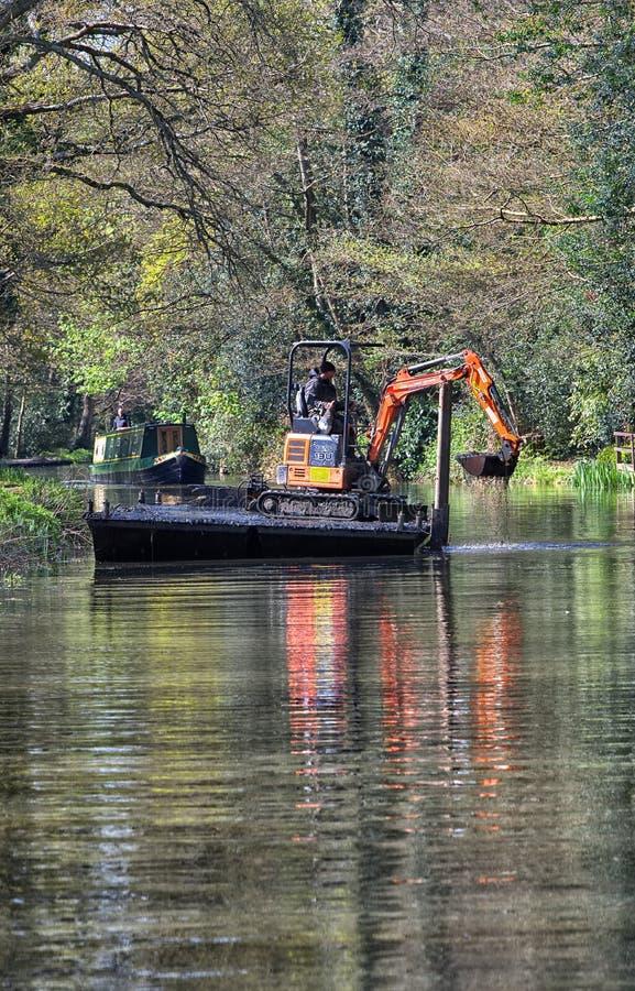 Mini excavatrice dégageant la rivière Wey, Surrey images stock