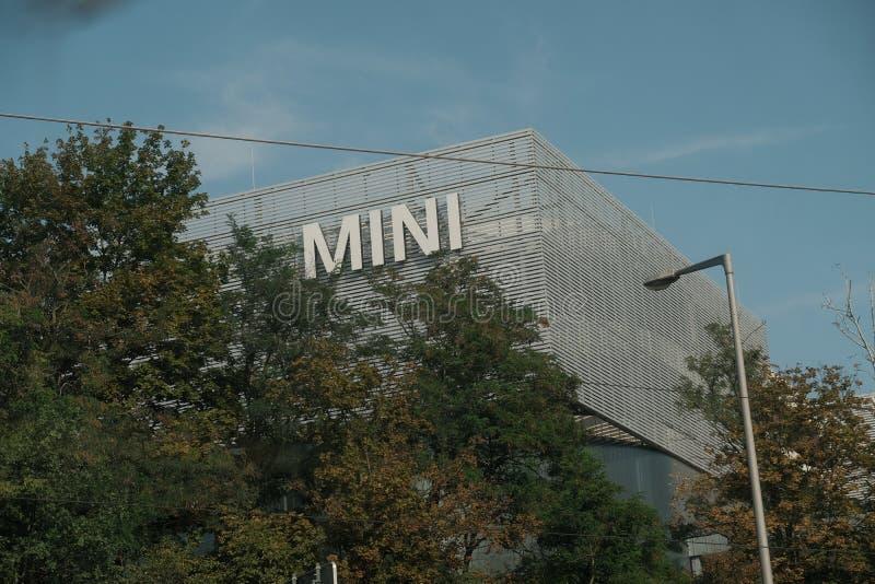 Mini exterior de la concesión de coche foto de archivo