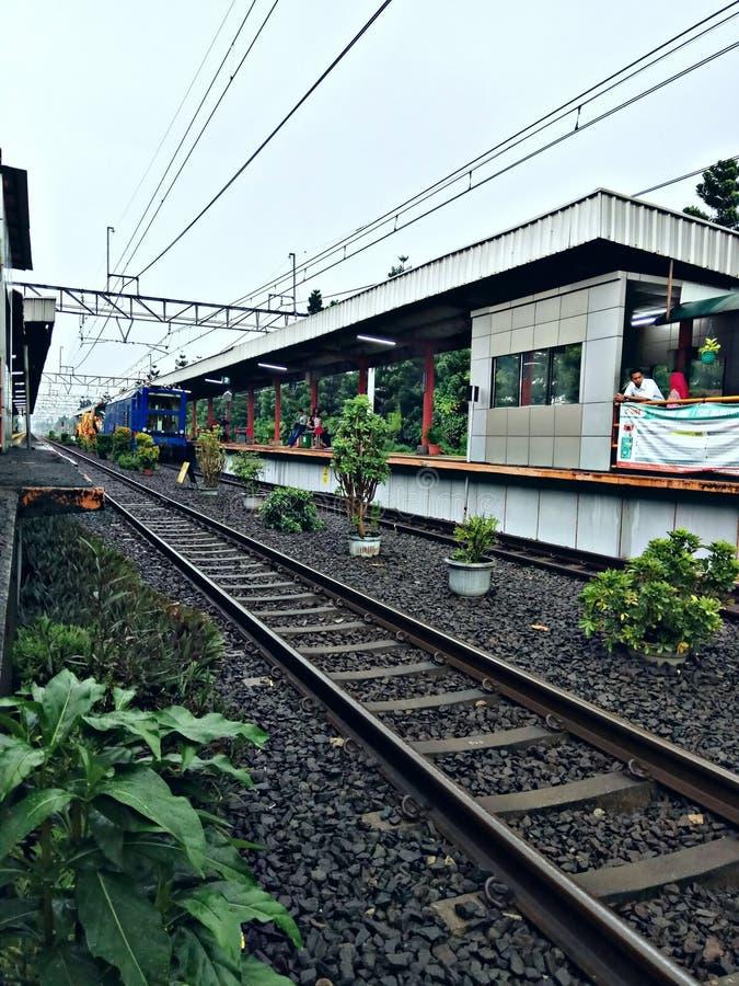 Mini ferrocarril simple y tranquilo en la ciudad del pueblo muy hermosa para el tren fotografía de archivo