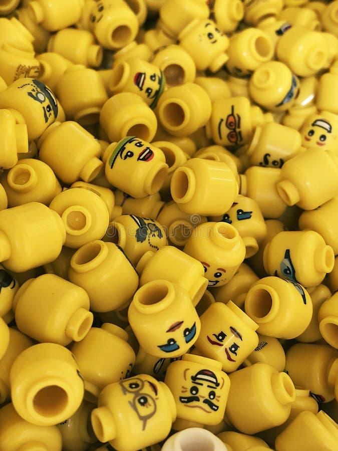 Mini figuras Lego com cópias diferentes e projetos, expressões faciais diferentes imagem de stock