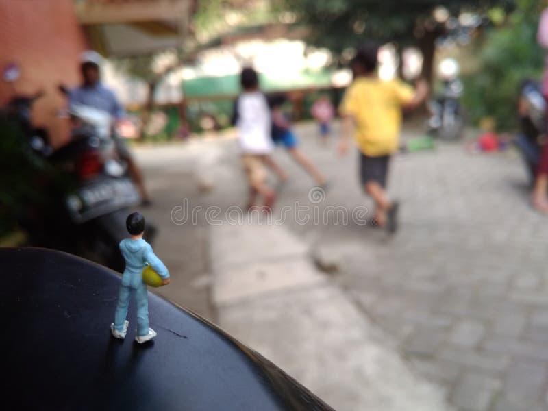 Mini Figure - muchacho y bola - esperanza de unirse a jugar a fútbol fotos de archivo libres de regalías