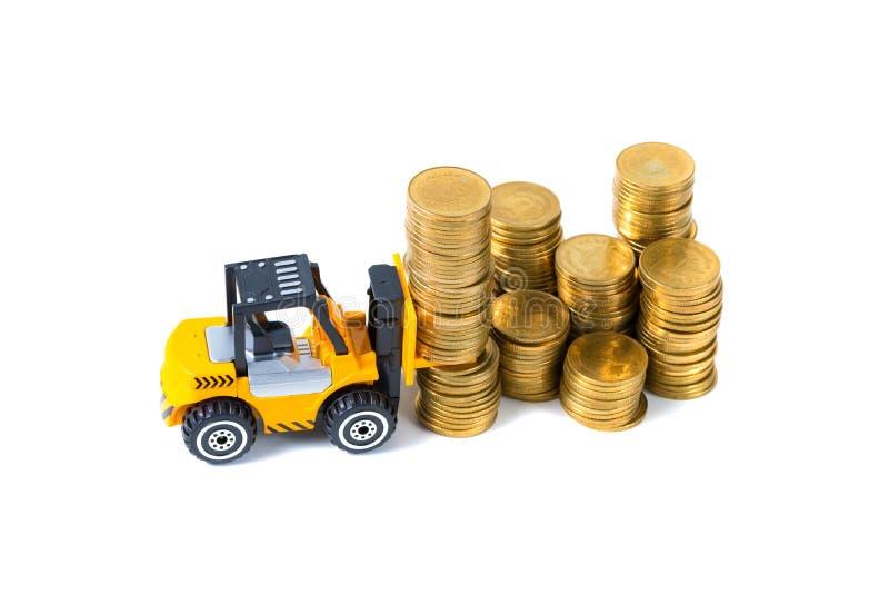 Mini forklift ciężarówki ładowania sterty moneta z krokami złocista moneta, zdjęcia royalty free