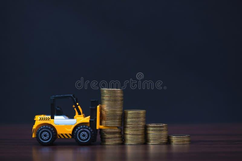 Mini forklift ciężarówki ładowania sterty moneta z krokami złocista moneta ja zdjęcia stock