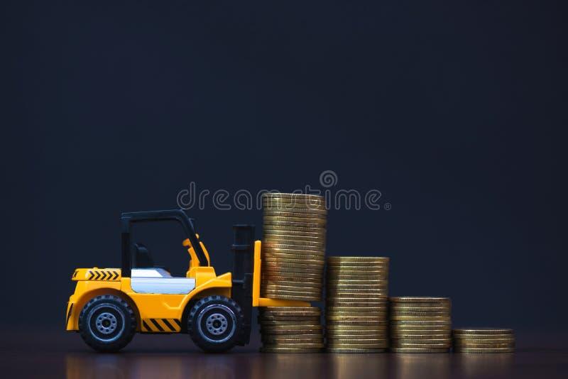 Mini forklift ciężarówki ładowania sterty moneta z krokami złocista moneta ja zdjęcia royalty free