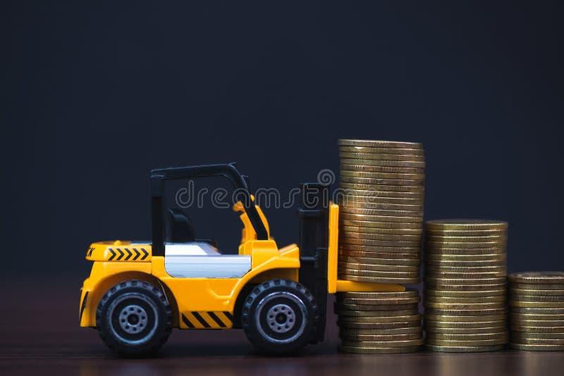 Mini forklift ciężarówki ładowania sterty moneta z krokami złocista moneta ja obrazy royalty free