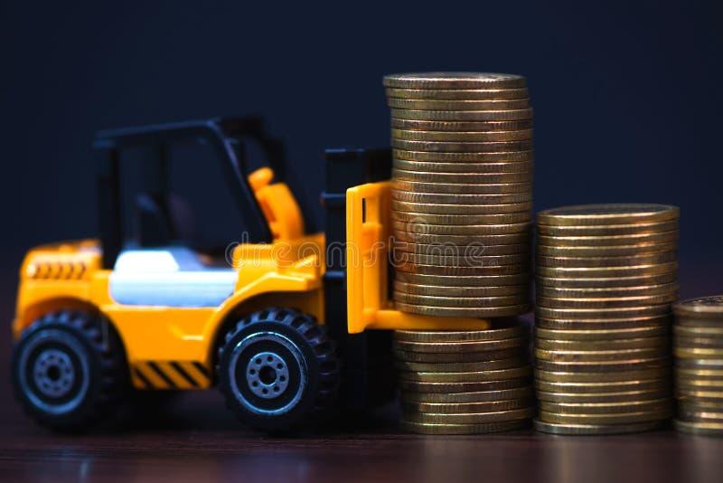 Mini forklift ciężarówki ładowania sterty moneta z krokami złocista moneta ja fotografia stock