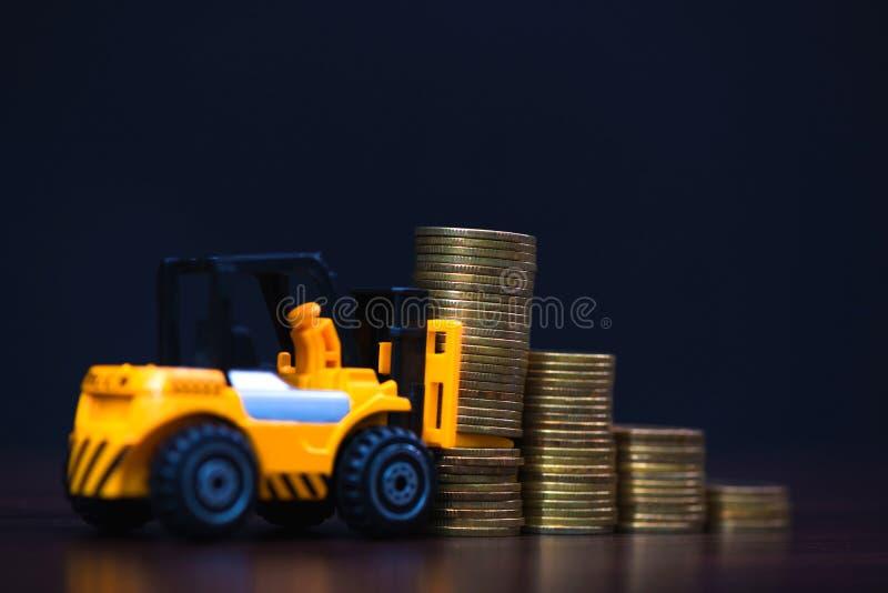 Mini forklift ciężarówki ładowania sterty moneta z krokami złocista moneta ja obrazy stock