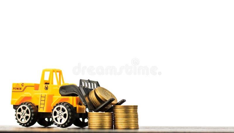 Mini forklift ciężarówki ładowania sterty moneta z krokami złocista moneta o zdjęcia royalty free