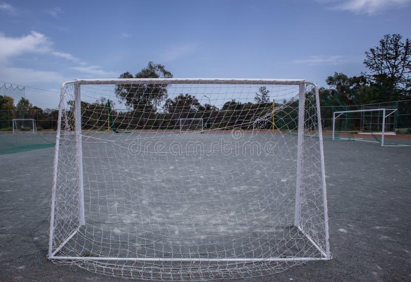 Mini- fotbollm?lstolpar och domstol royaltyfri foto