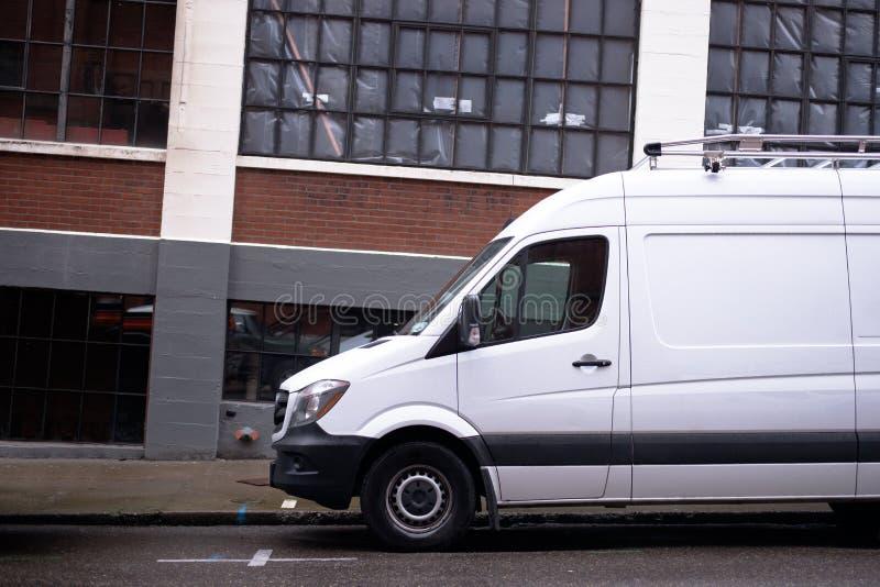 Mini fourgon commercial moderne pour la livraison de cargaison et l'autobus industriel images libres de droits