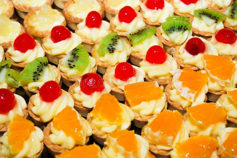 Mini- frukttarts med olik frukt arkivbilder