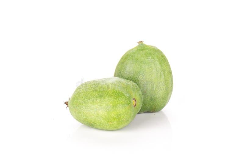 Mini fruta de kiwi verde fresca del bebé aislada en blanco imagen de archivo