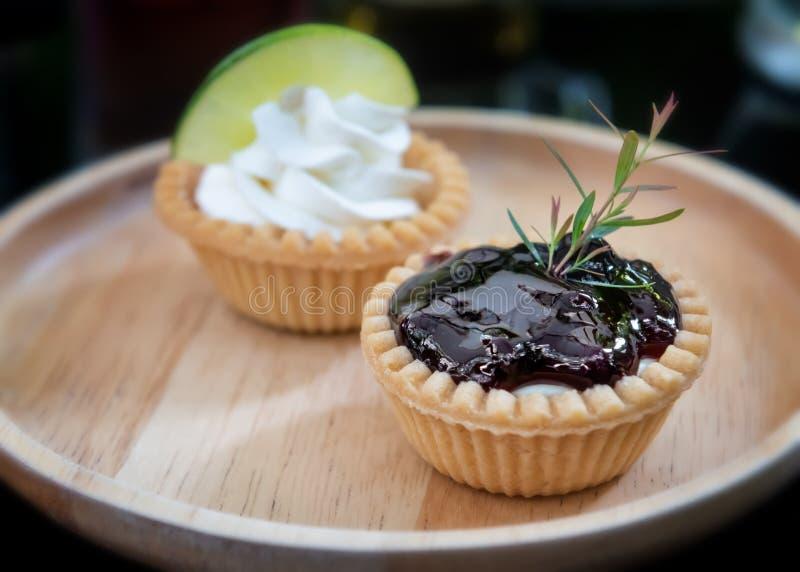 Mini frutos e gald?rias da torta de creme foto de stock royalty free