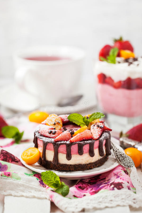 Mini gâteau au fromage délicieux décoré des baies et du chocolat images stock