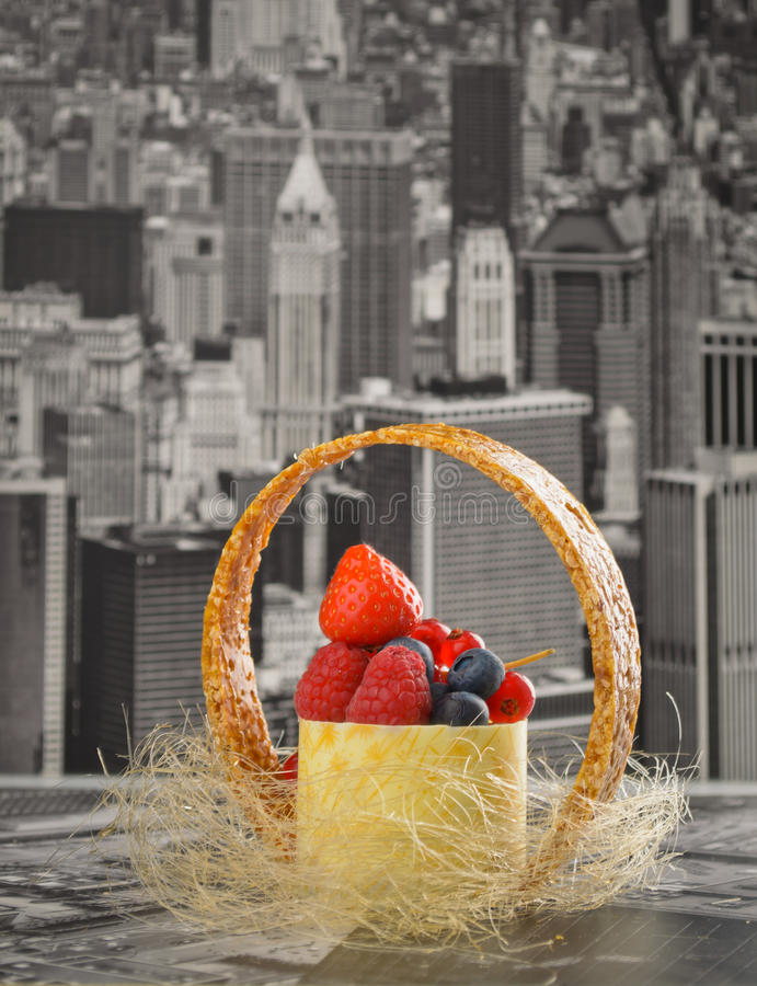 Mini gâteau au fromage New York avec du chocolat blanc et les baies fraîches photo stock