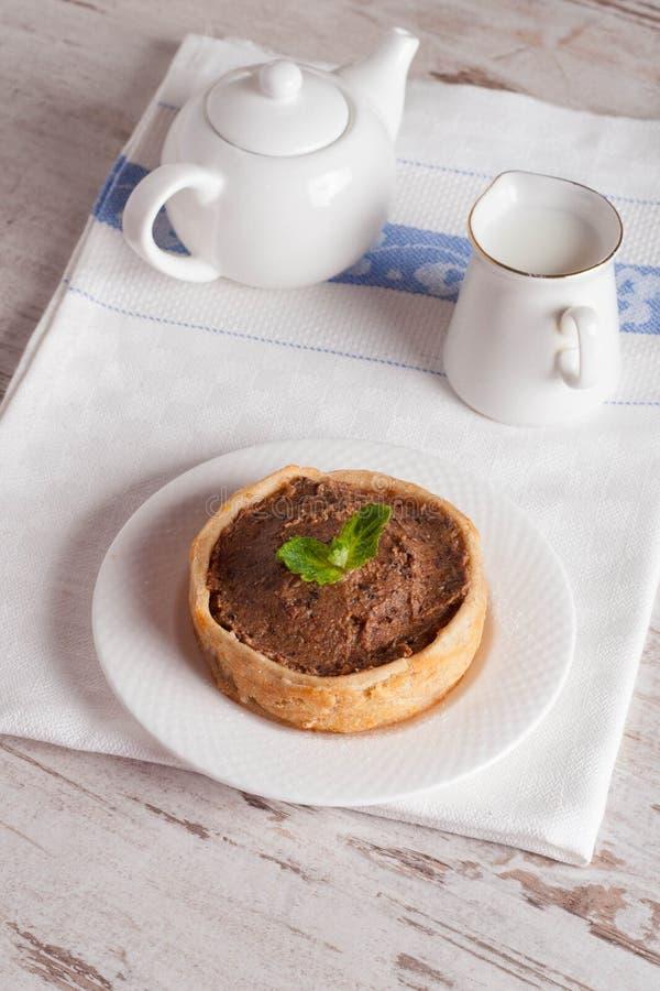 Mini gâteau avec de la crème et le lait de chocolat photographie stock libre de droits