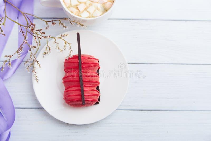 Mini gâteau avec la fraise et la mousse crémeuse images libres de droits
