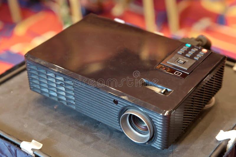 mini geleide projector op houten lijst in een een van het het huistheater van de ruimteprojector idee en concept stock foto