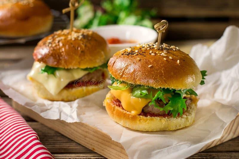 Mini glisseurs de cheeseburgers avec le boeuf haché, cheddar, laitue photographie stock