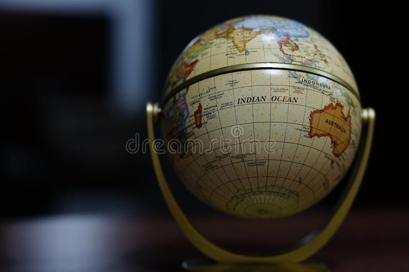 Mini globo com fundo escuro fotos de stock