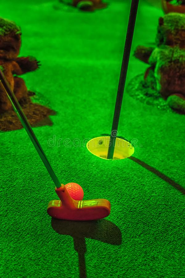 Mini golf, batte et boule photographie stock