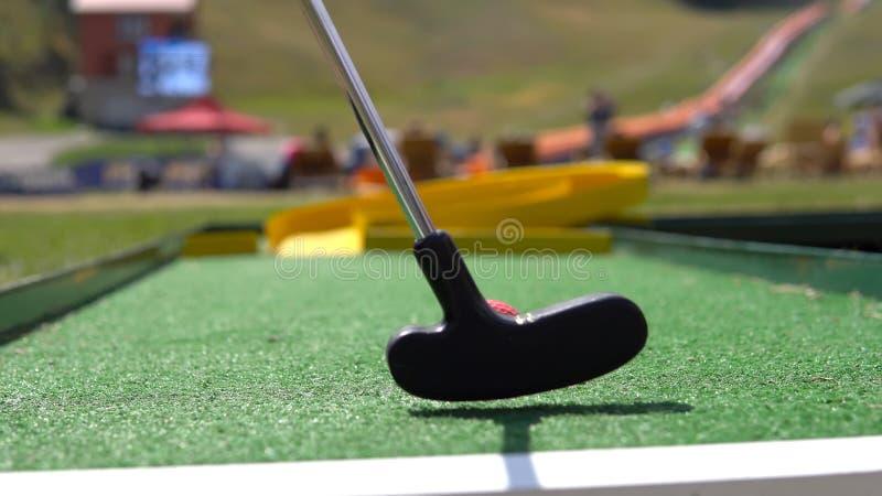 Mini- golf för spelarelek med den röda bollen royaltyfri foto