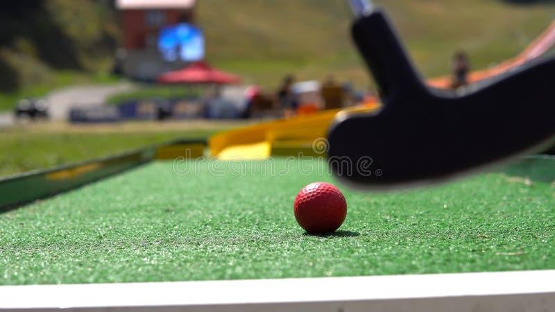Mini- golf för spelarelek med den röda bollen arkivbilder