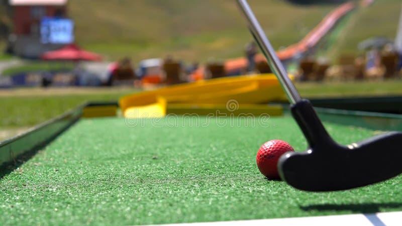 Mini- golf för spelarelek med den röda bollen arkivfoto