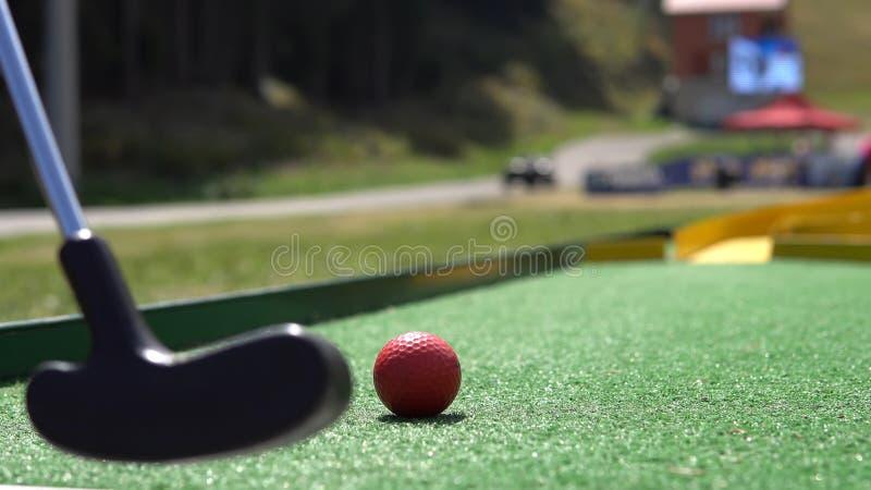 mini- golf med den röda bollen arkivfoton
