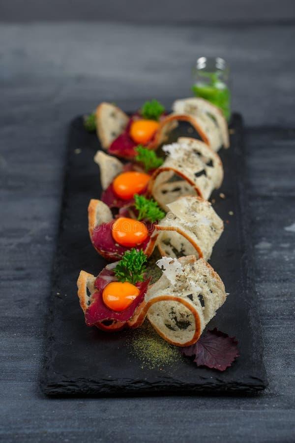 Mini grupo do alimento dos sanduíches Brushetta ou tapas espanhóis tradicionais autênticos para a tabela do almoço Petisco delici imagem de stock royalty free